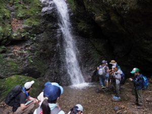滝では湧き水のおいしさにうっとり